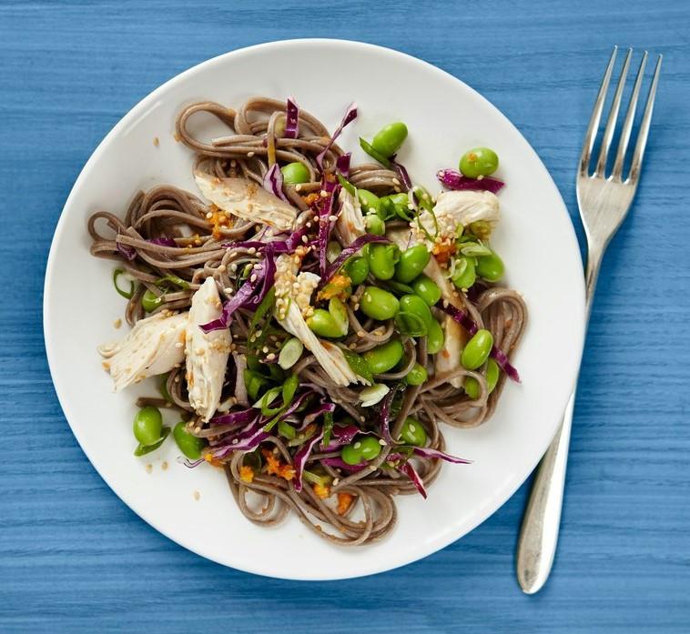 Холодний салат з соби, курки і овочів