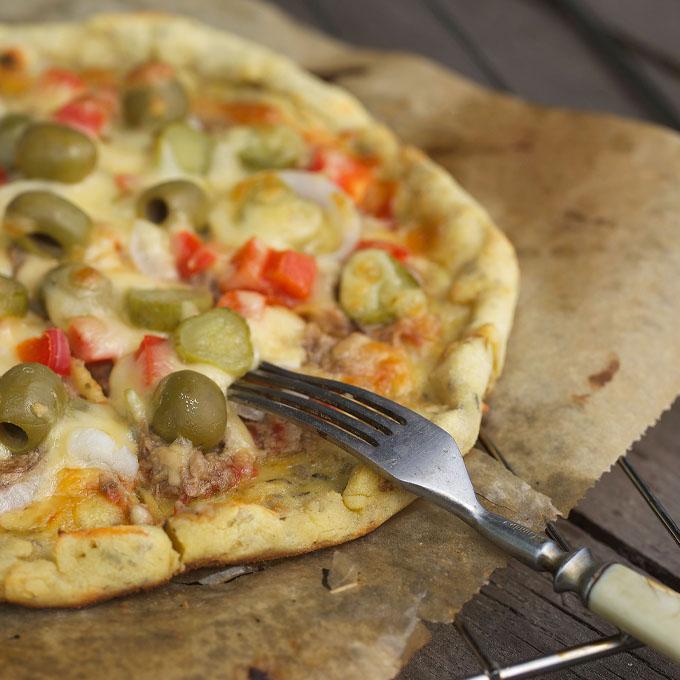 Дієтична піца з тунцем